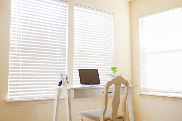 thuiswerken, corona, bureau, raamdecoratie